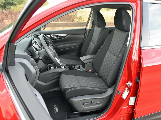 2017 Nissan Rogue Sport SV front seats