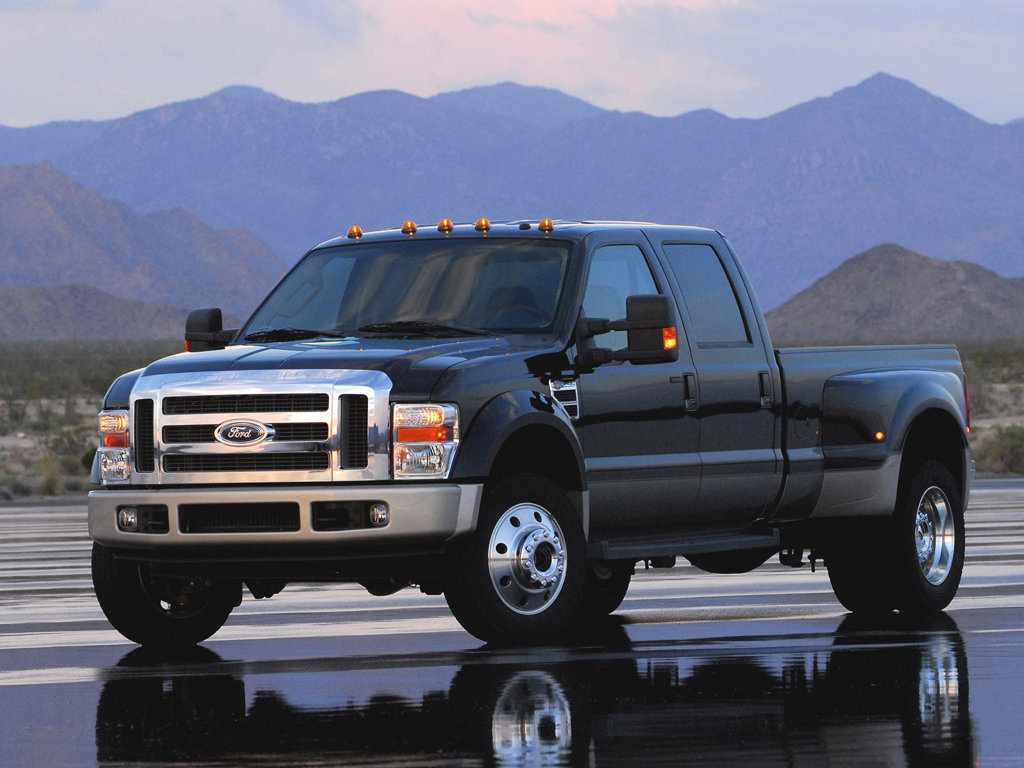 Front-quarter view of the 2008 Ford F-450 Super Duty.