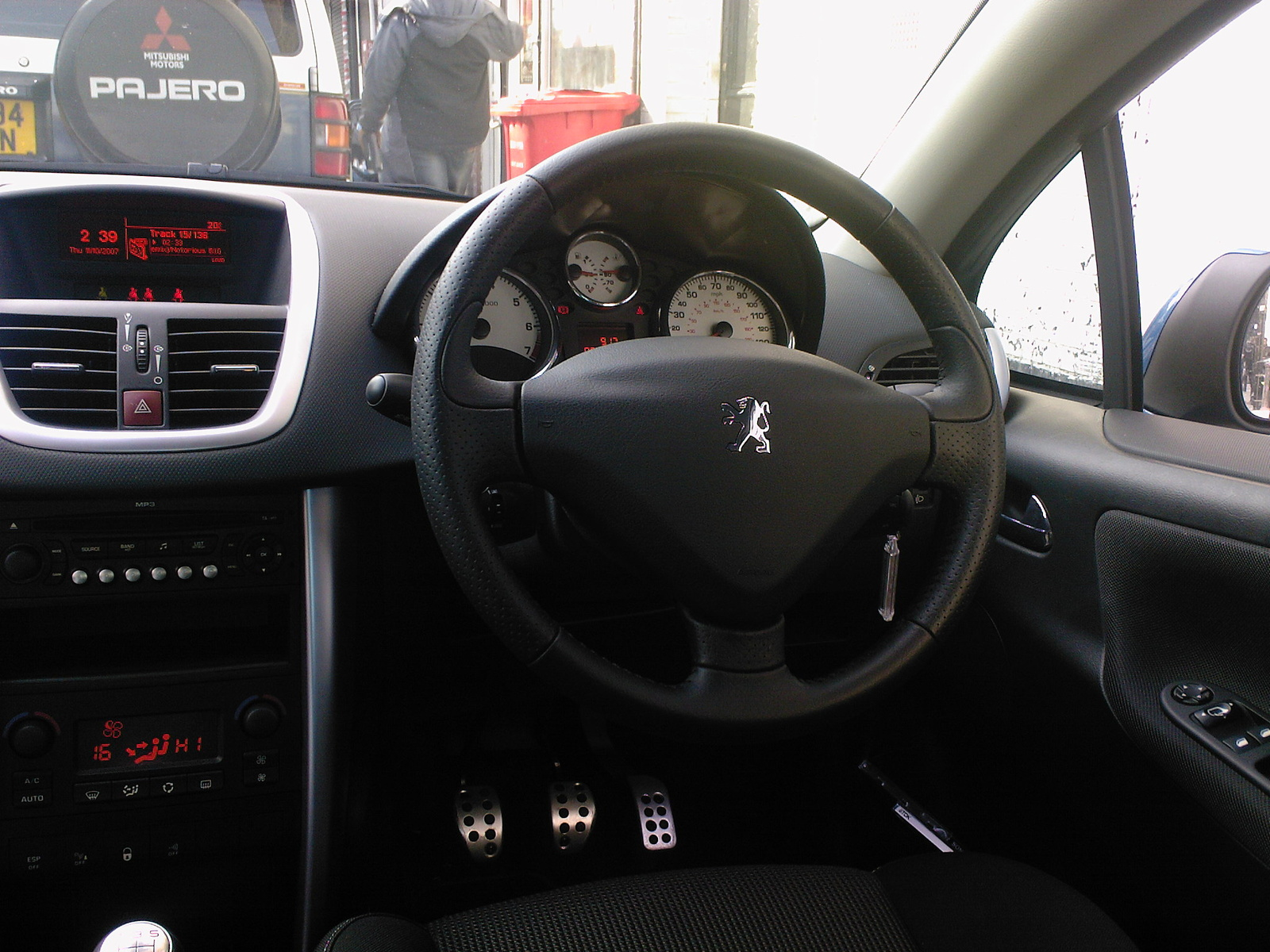 Get last automotive article 2015 lincoln mkc makes its for Peugeot 207 interior