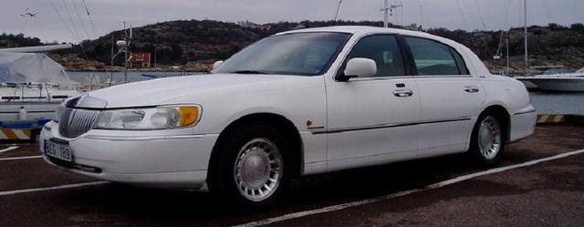 Lincoln Town Car 2001  Arsmod: 2001 Motor /Bränsle: V8 4,6L Växellåda: Aut. Mätarställning: 10700 mil Färg: Vit med Grå Skininr. Karosseri: Sedan Information: Sk & bes, Aut, ABS, bromsar, ACC/Klimatan...