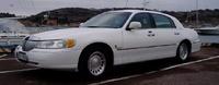 2001 Lincoln Town Car, Lincoln Town Car 2001  Arsmod: 2001 Motor /Bränsle: V8 4,6L Växellåda: Aut. Mätarställning: 10700 mil Färg: Vit med Grå Skininr. Karosseri: Sedan Information: Sk & bes, Aut, ABS...