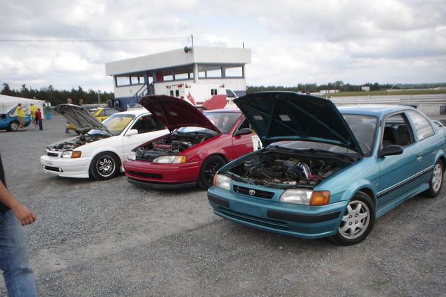 1996 Toyota Tercel 2 Dr STD Coupe, Lapping à Shannonville : Philip Dubois (Tercel vert), Camy Boucher-Aubut (Paseo rouge), Martin Vincent (Tercel blanc), exterior