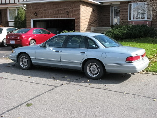 1996 Ford Crown Victoria 4 Dr LX Sedan picture