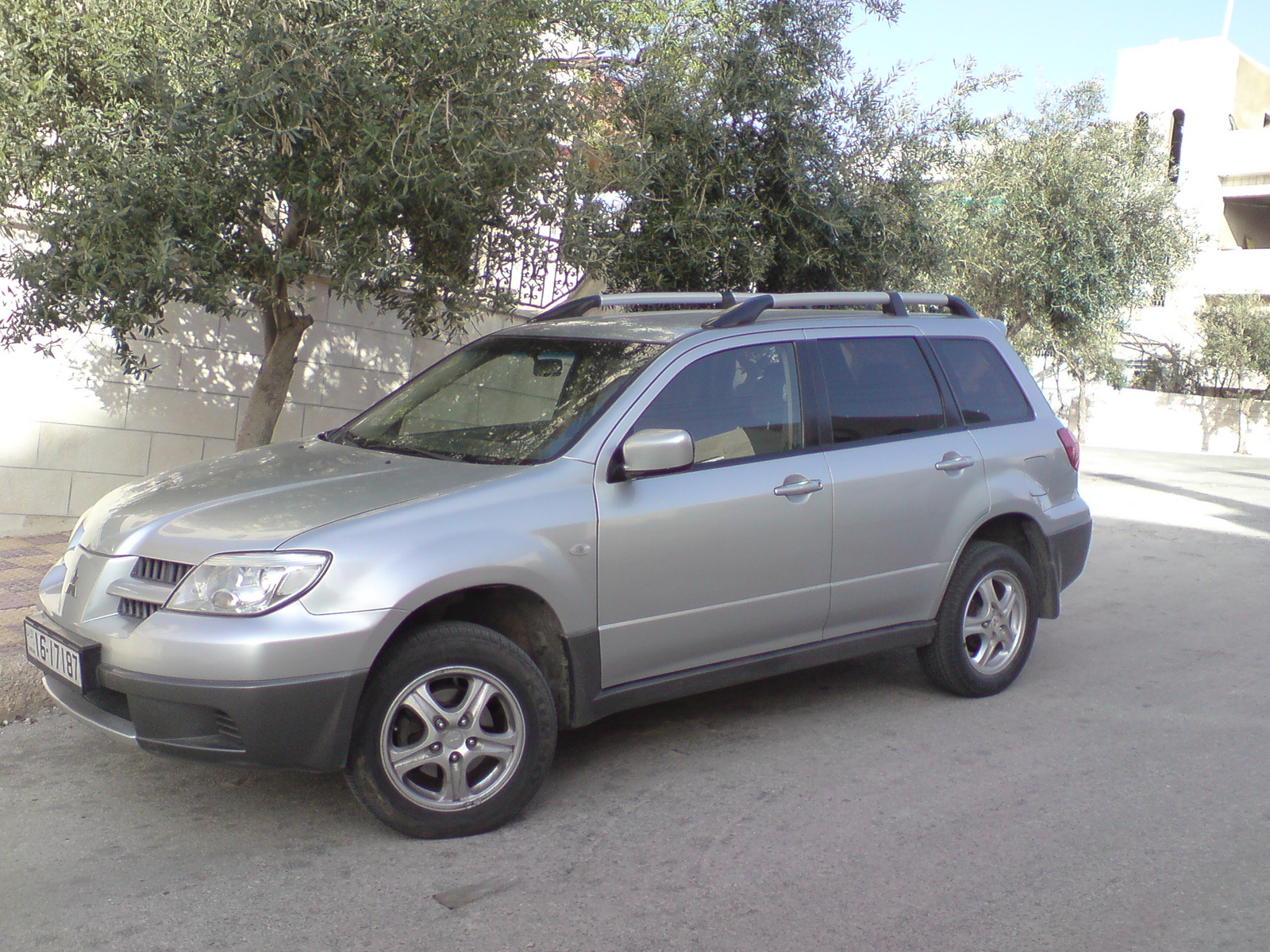 2005 Mitsubishi Outlander LS AWD picture