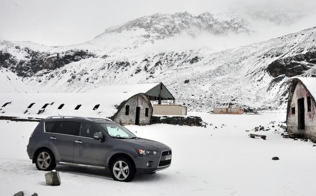 """2011 Mitsubishi Outlander SE AWD, Refugio abandonado. Camino al Embalse El Yeso, Cajón del Maipo, Santiago, Chile. Lat: 33°40'46.57""""S, Lon: 70° 5'32.04""""O, Altura:2480..."""