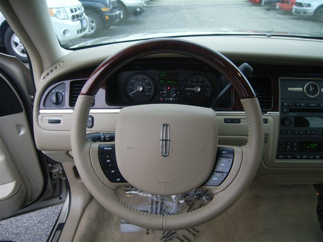 2010 lincoln town car pictures cargurus. Black Bedroom Furniture Sets. Home Design Ideas