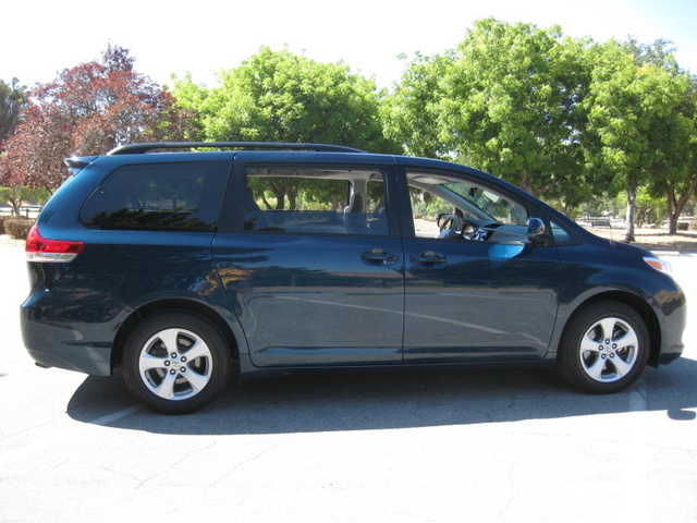 2011 toyota sienna pictures cargurus. Black Bedroom Furniture Sets. Home Design Ideas