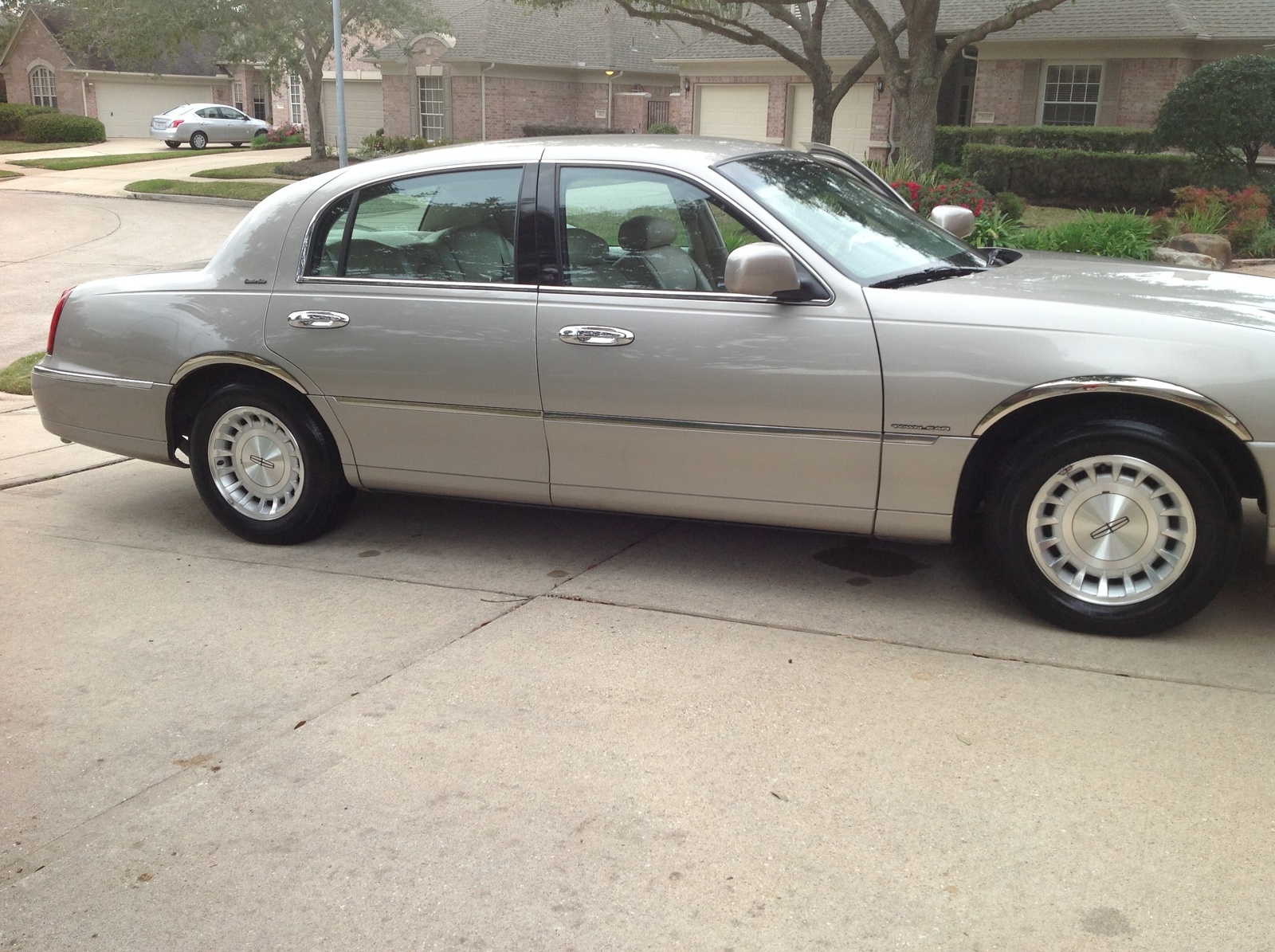 Picture of 1999 Lincoln Town Car Executive