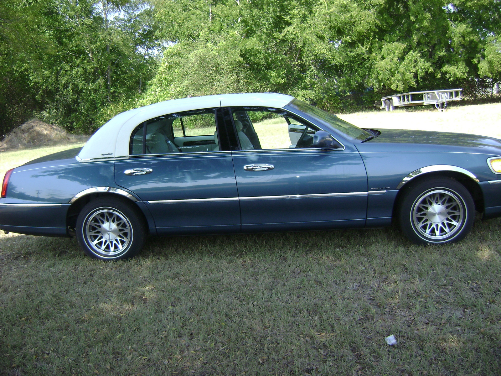 2002 Lincoln Town Car - Overview