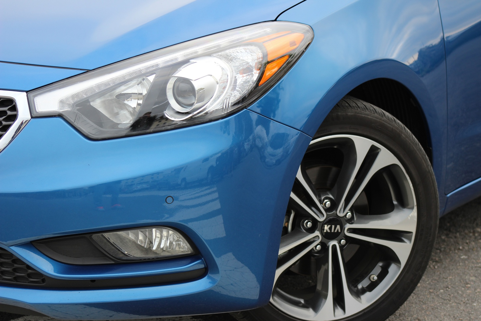 Front 3/4 detail of the 2014 Kia Forte