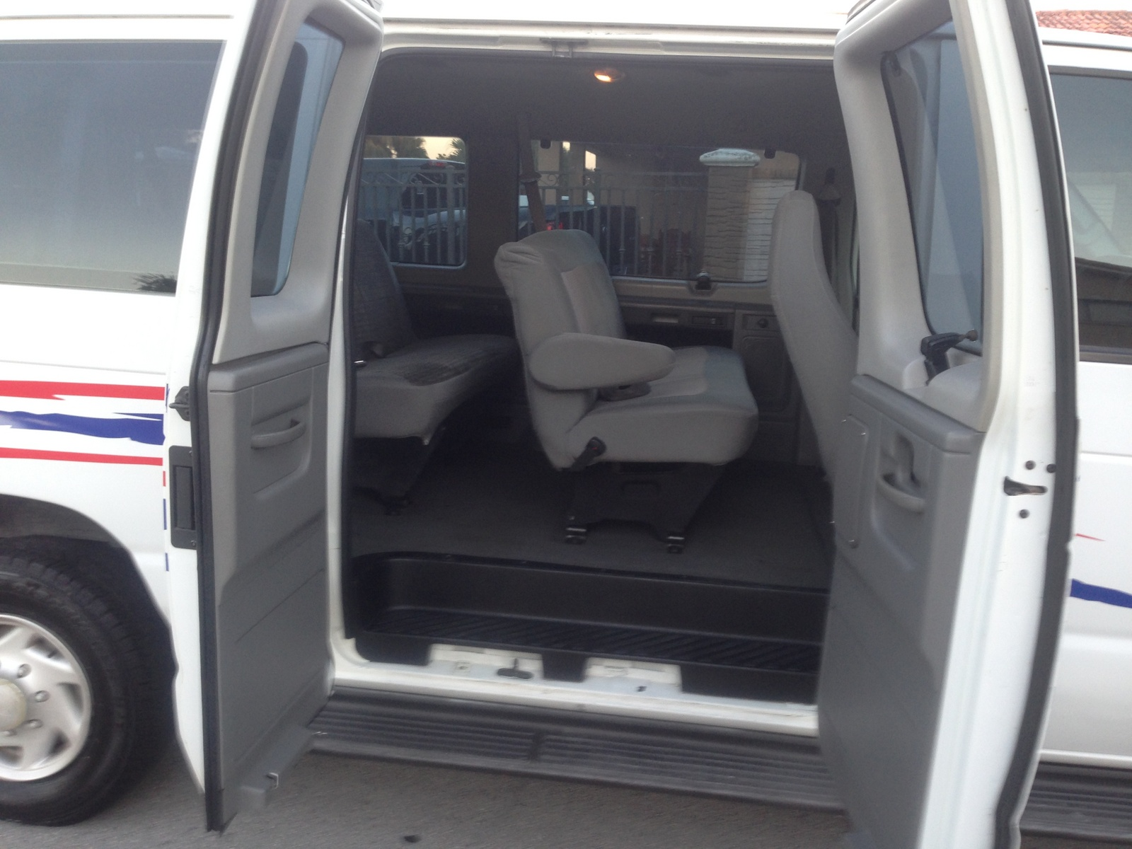 2006 Ford E-350 - Pictures