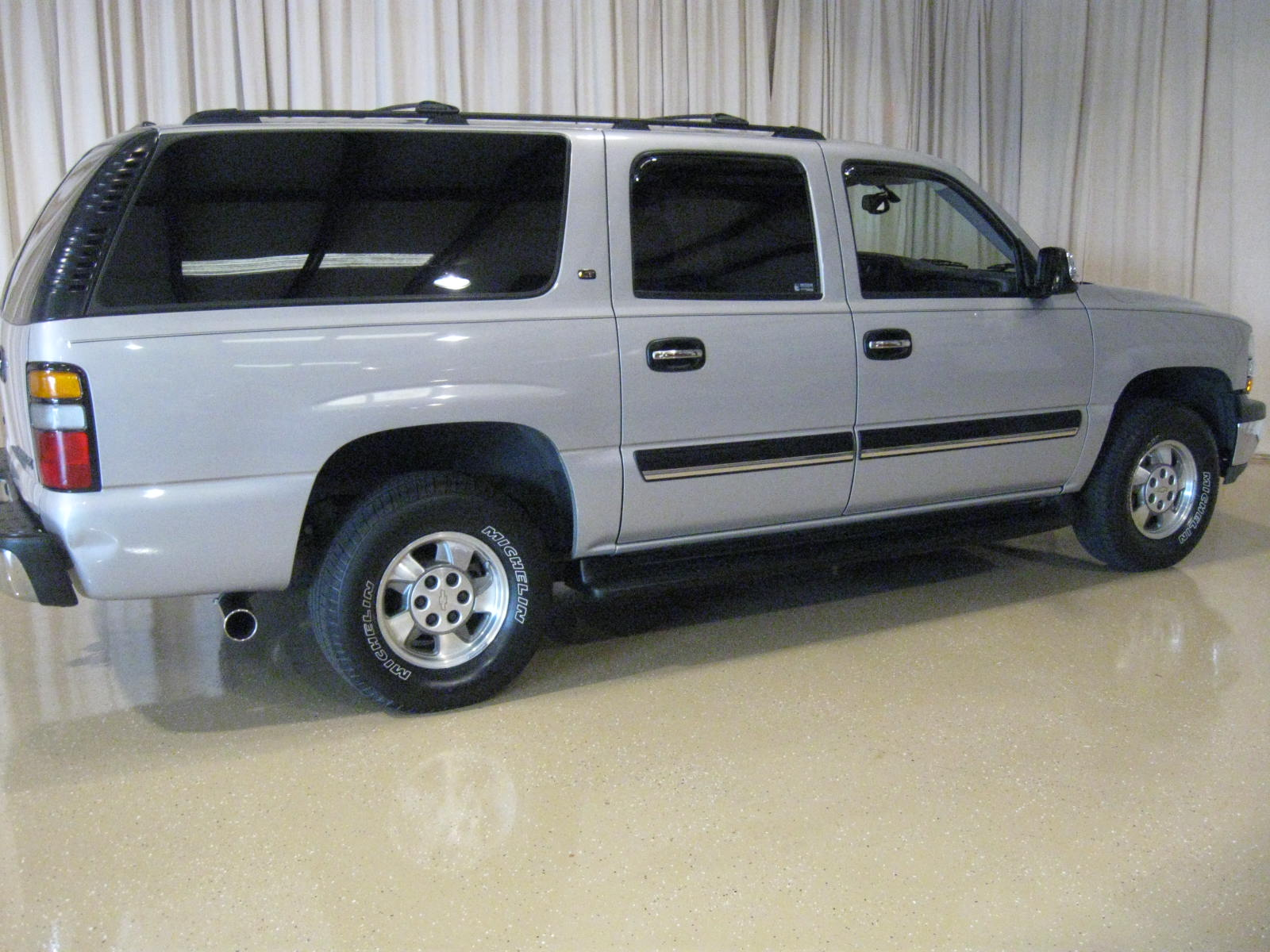 used 2004 chevrolet suburban suv features specs edmunds. Black Bedroom Furniture Sets. Home Design Ideas