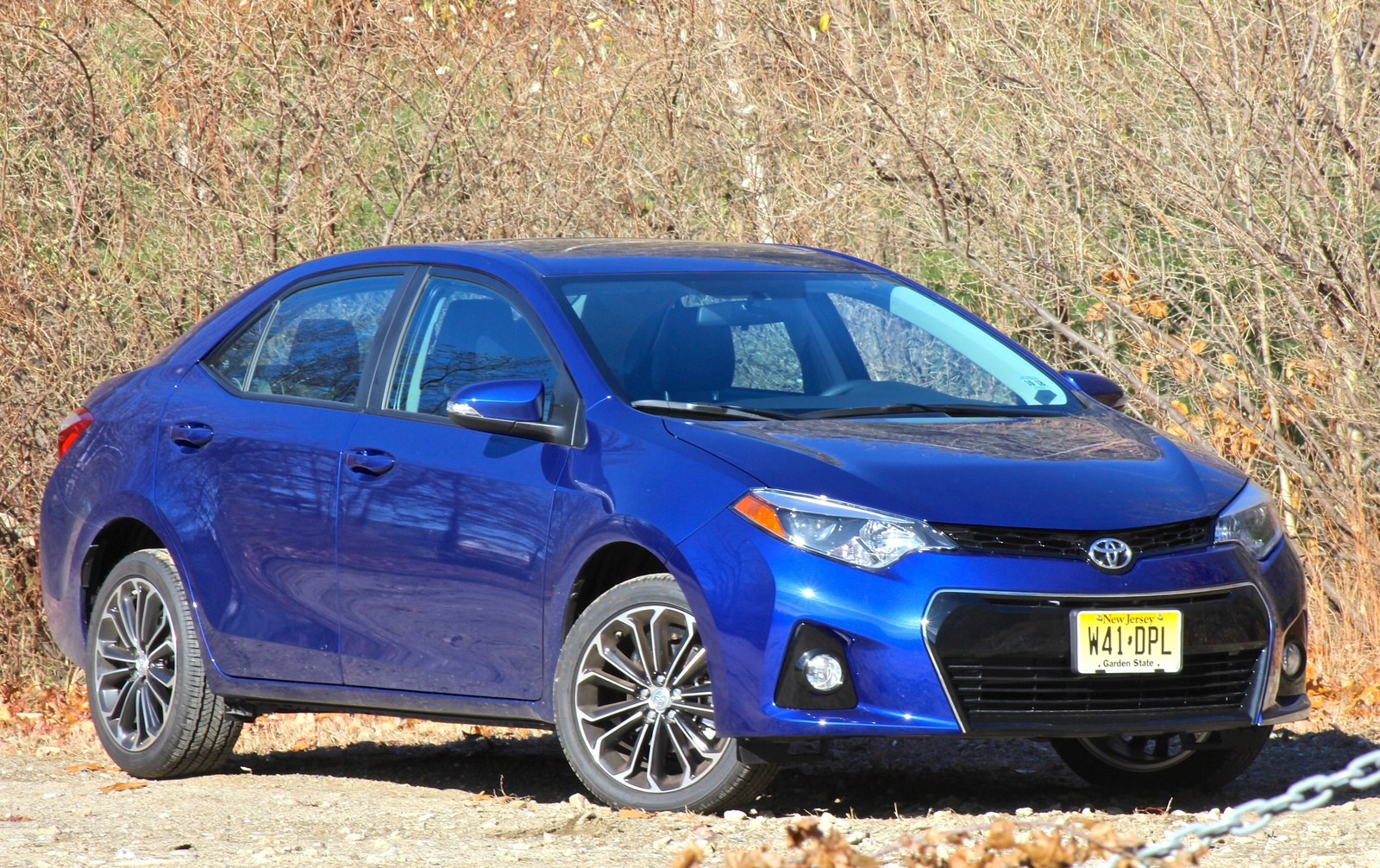 Front 3/4 view of the 2014 Toyota Corolla