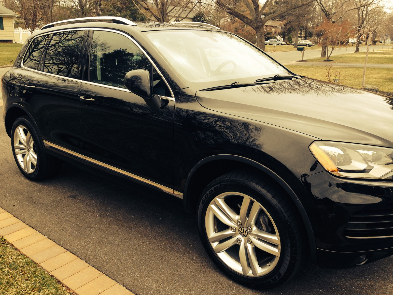 Picture of 2011 Volkswagen Touareg VR6 Executive