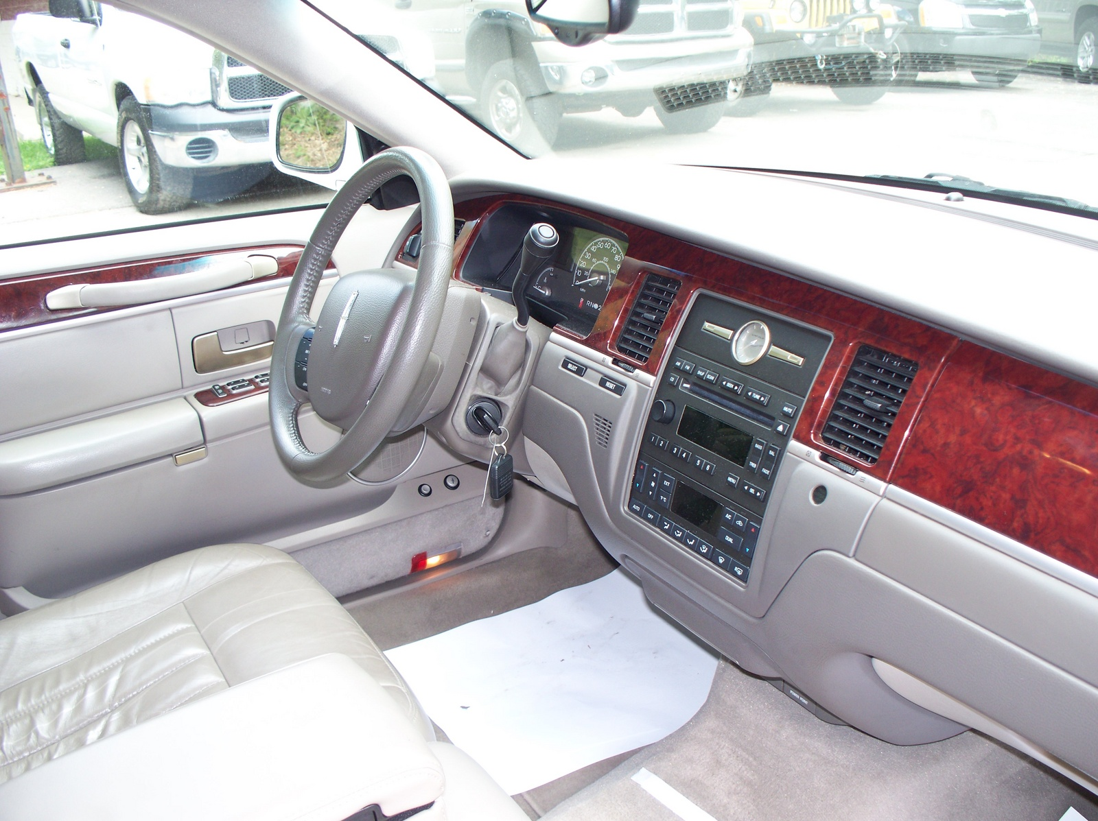 2005 lincoln town car pictures cargurus. Black Bedroom Furniture Sets. Home Design Ideas