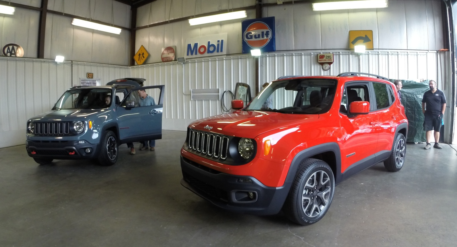 The Jeep Renegade Trailhawk (blue) and Latitude (red)
