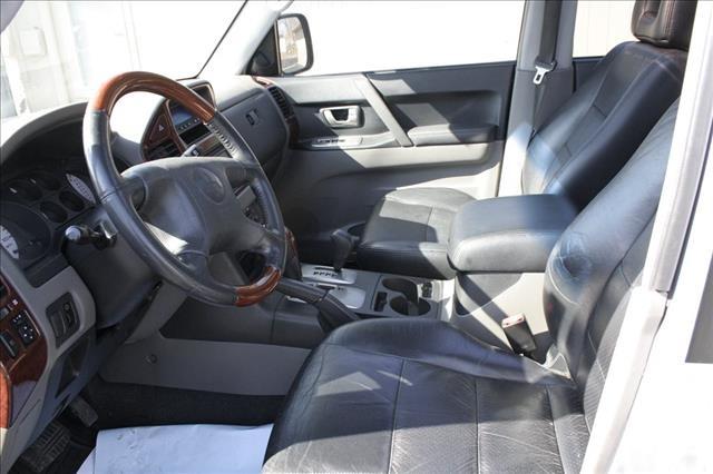 Mitsubishi montero 2004 interior for Mitsubishi montero interior