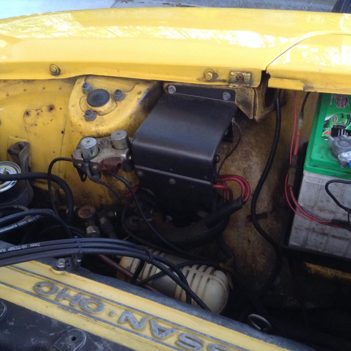 engine compartment fuse block     datsun 280z questions how do i  replace the voltage regulator in my 2001 lincoln town car
