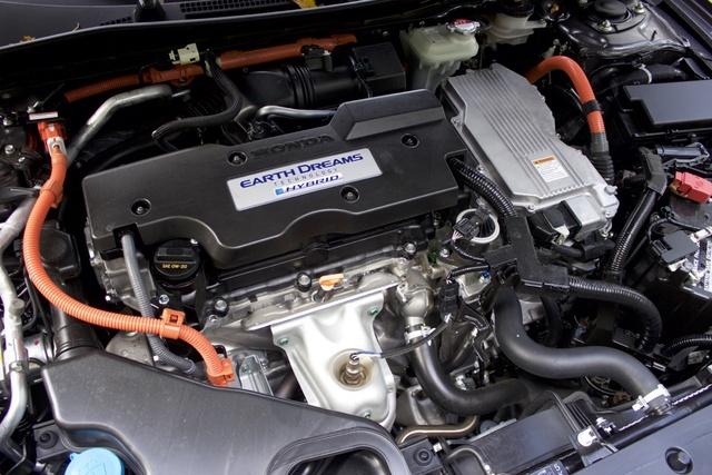 Engine of 2017 Honda Accord Hybrid, engine, gallery_worthy