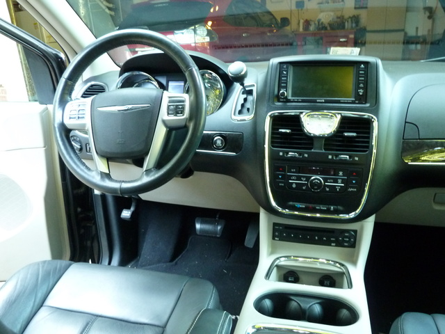 Chrysler Town Country Limited Pic X