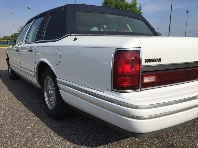Picture of 1993 Lincoln Town Car Signature