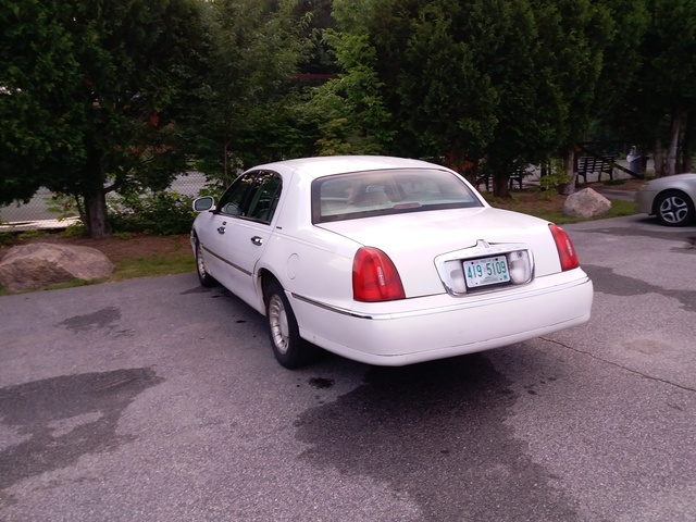 Picture of 2002 Lincoln Town Car Executive L