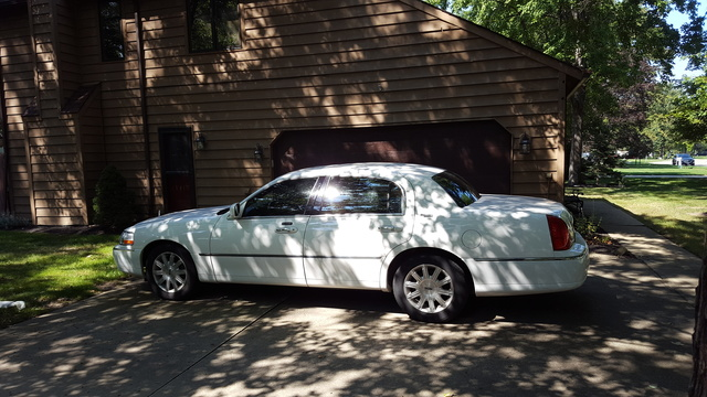 Picture of 2010 Lincoln Town Car Signature Limited