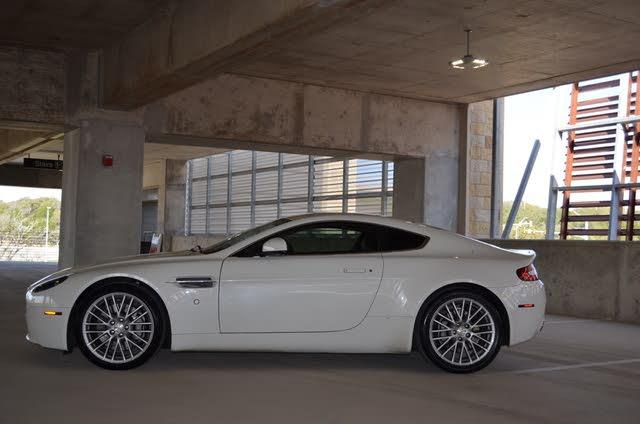 Foto de un 2011 Aston Martin V8 Vantage Coupe RWD